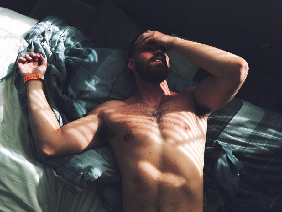 парень утром в постели