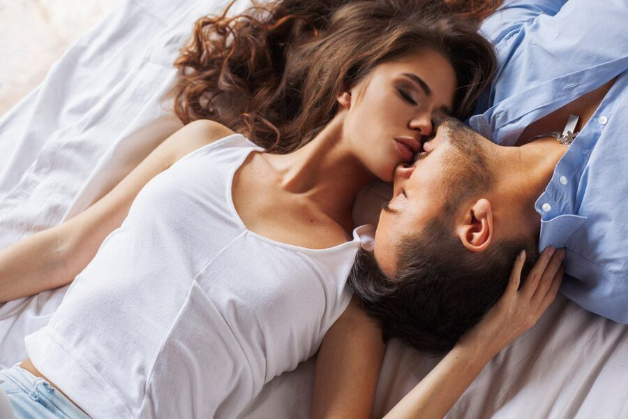 пара целуется в постели
