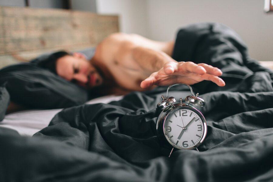 парень с часами в постели
