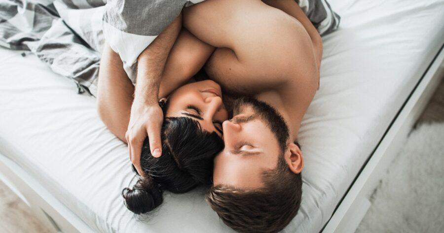 пара обнимается под одеялом