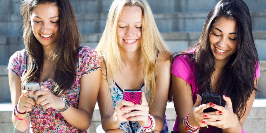 подруги с телефонами