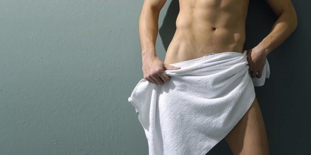 парень прикрылся полотенцем