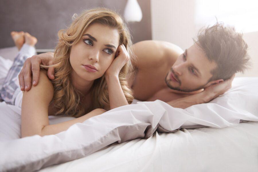 грустная пара на кровати