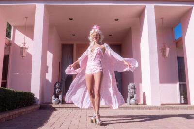 Девушка уже много лет живет в розовом домике для Барби