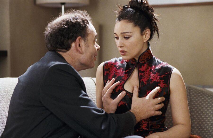 мужчина трогает женскую грудь