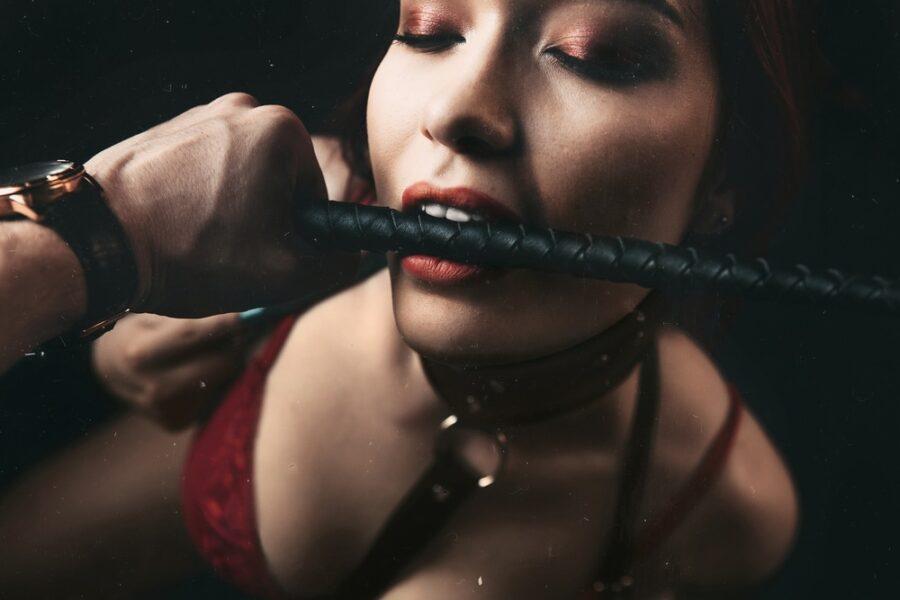 девушка с плеткой во рту