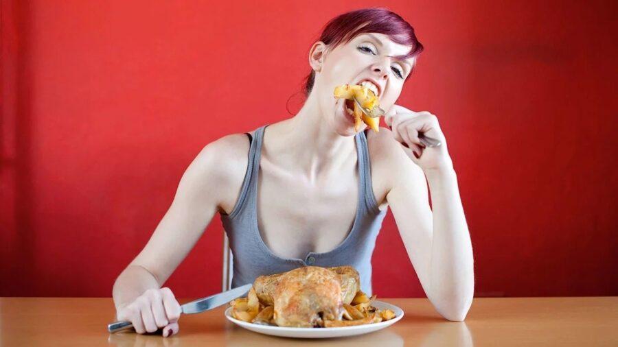 девугка плотно кушает