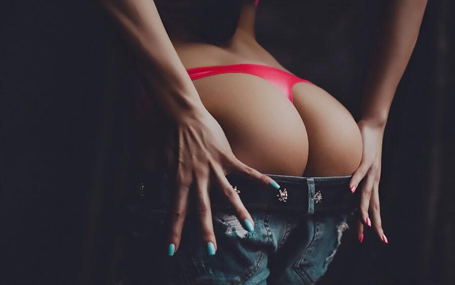 девушка снимает шортики