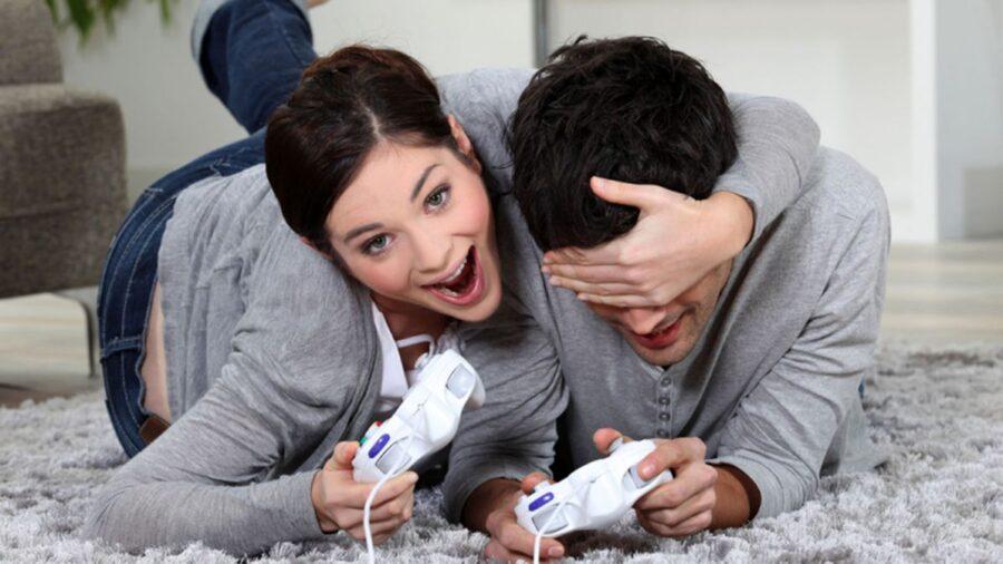 девушка и парень играют