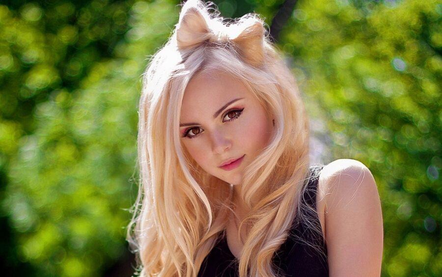 блондинка с бантиком