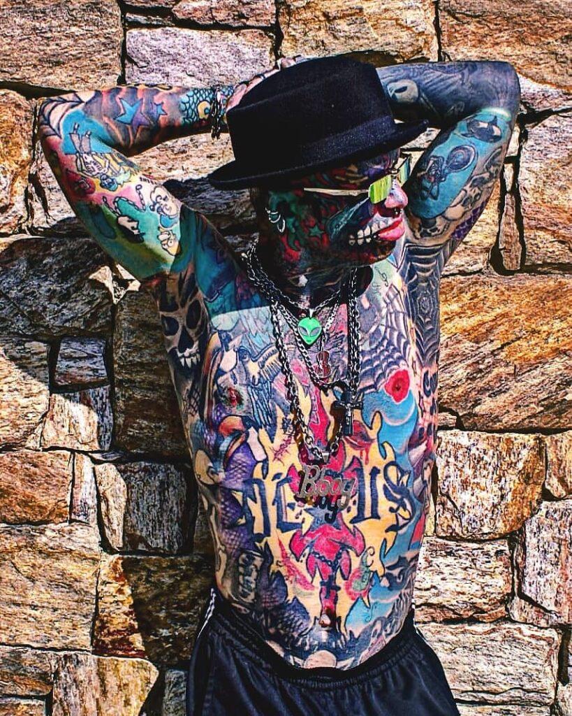 «У меня двое детей и 1000 татуировок»