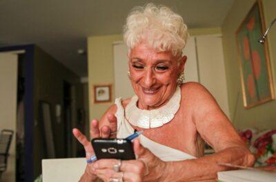 83-летняя бабуля ищет себе мальчиков в Тиндере