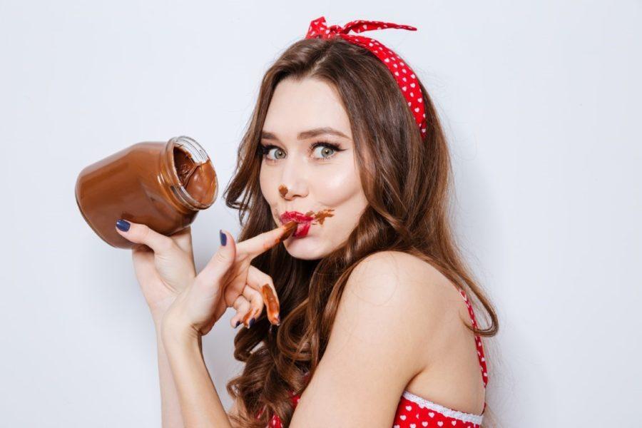 девугка кушает нутеллу