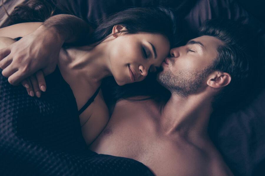 нежная пара в кровати
