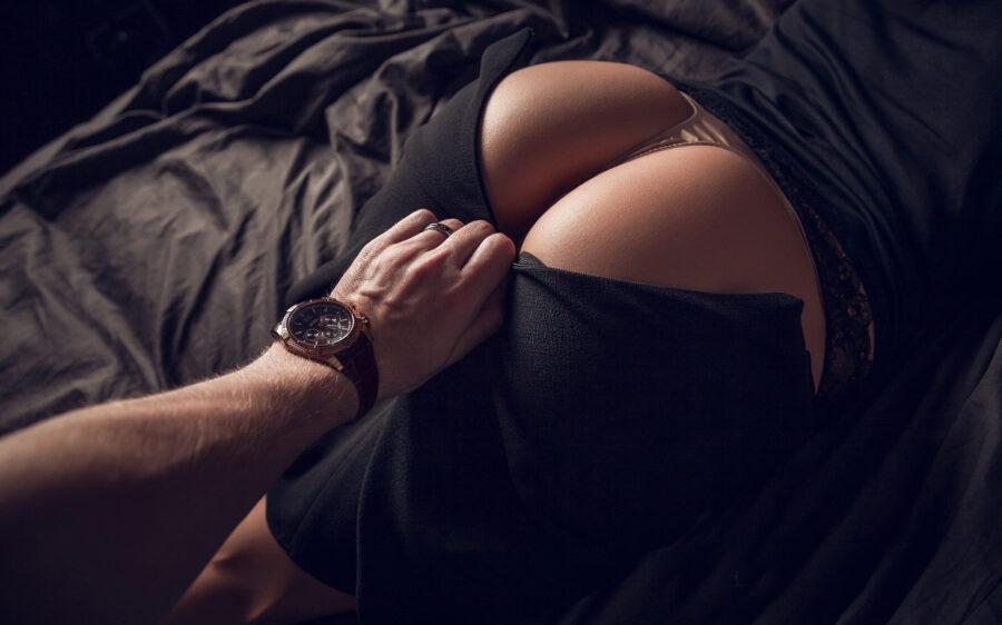 мужская рука на попе девушки