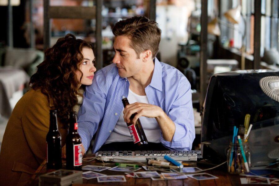 девушка и парень пьют пиво