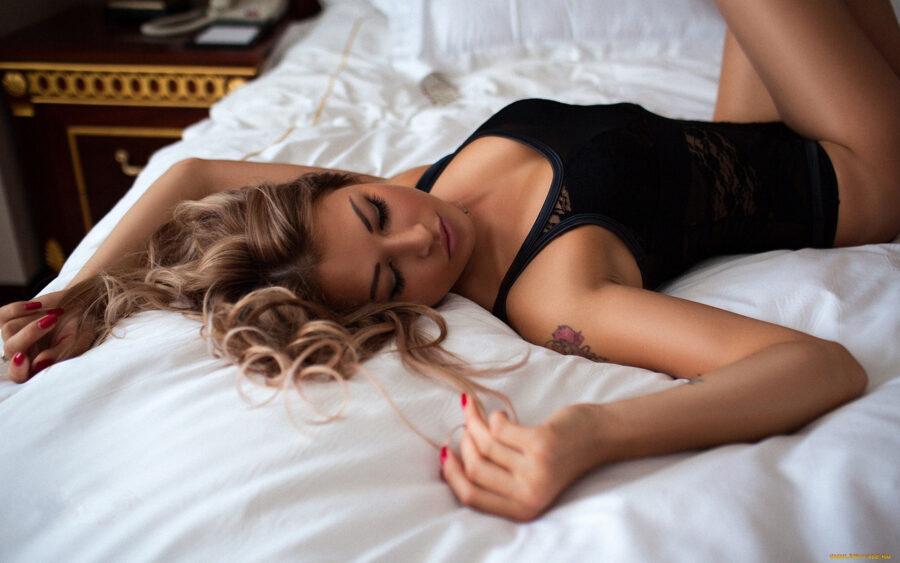 красивая девушка в кровати