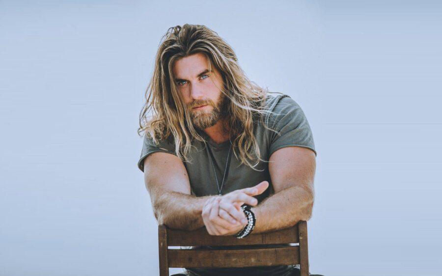 парень с длинными волосами и бородой
