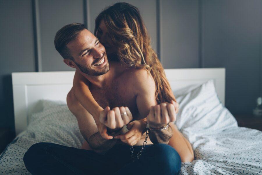 парень и девушка играют в постели
