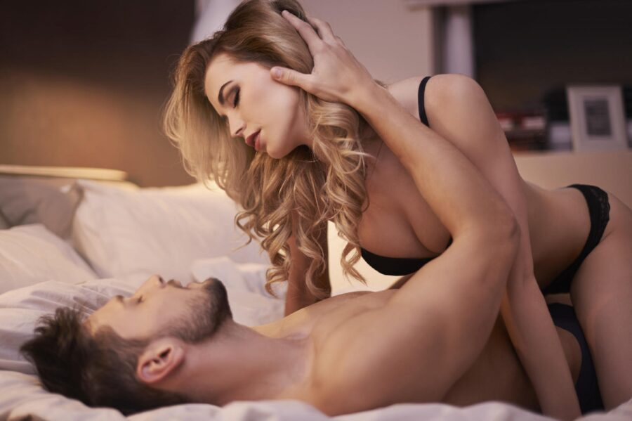 сексуальная пара в постели