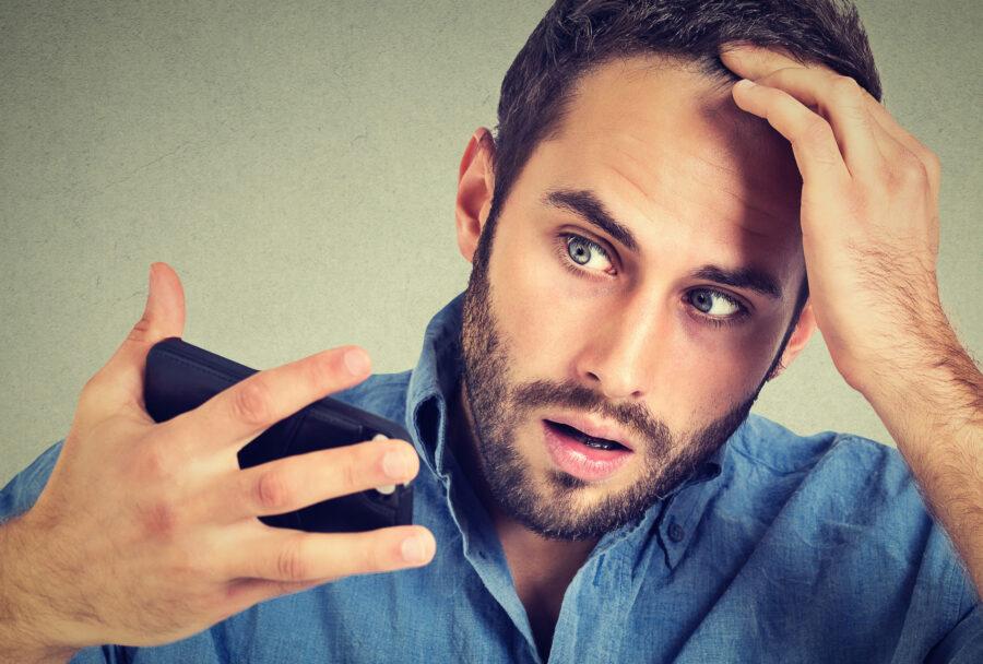 парень смотрит на свое отражение