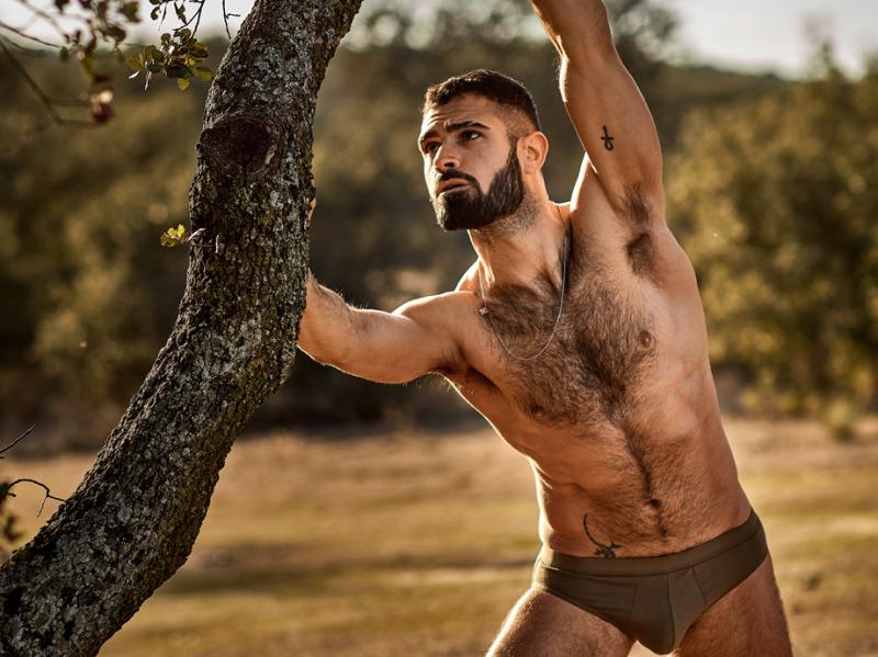 волосатый парень возле дерева