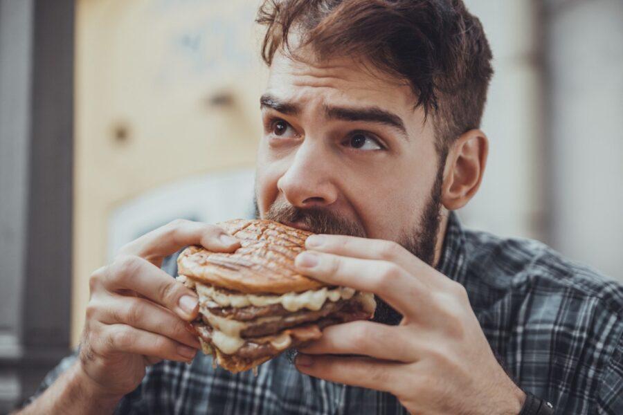 парень ест бургер