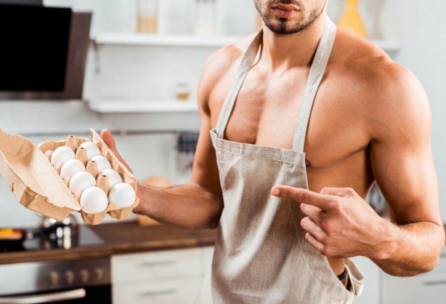 парень с яйцами в фартуке