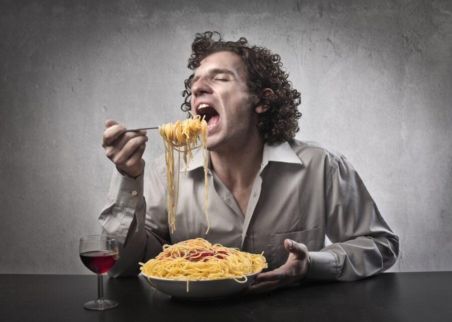 парень кушает пасту