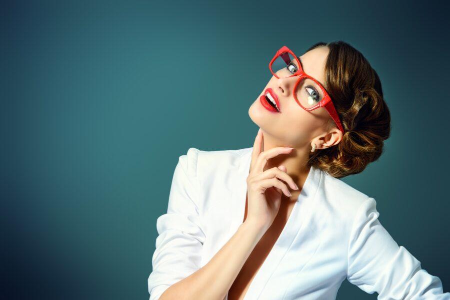 красивая брюнетка в очках