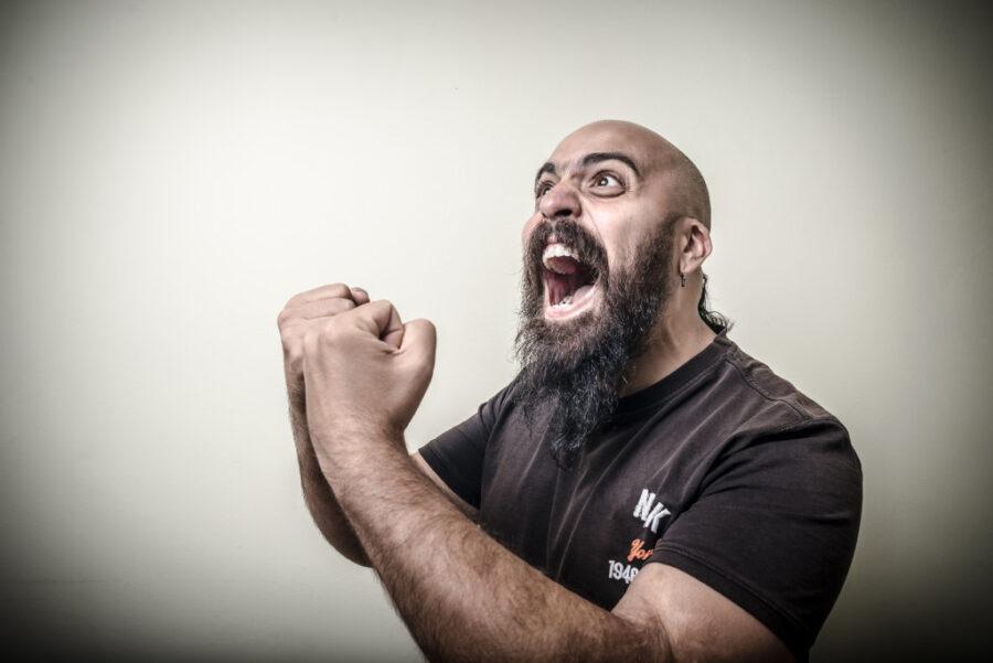 бородатый мужчина кричит