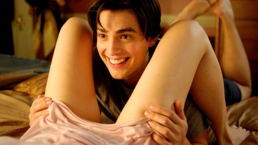 парень между ног девушки