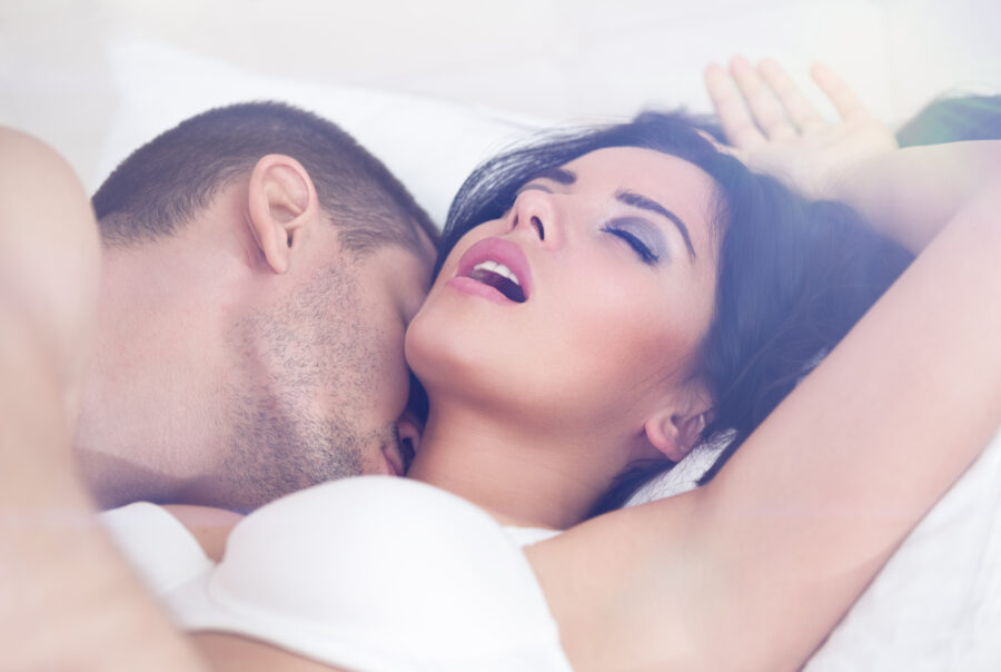 девушка с открытым ртом в постели