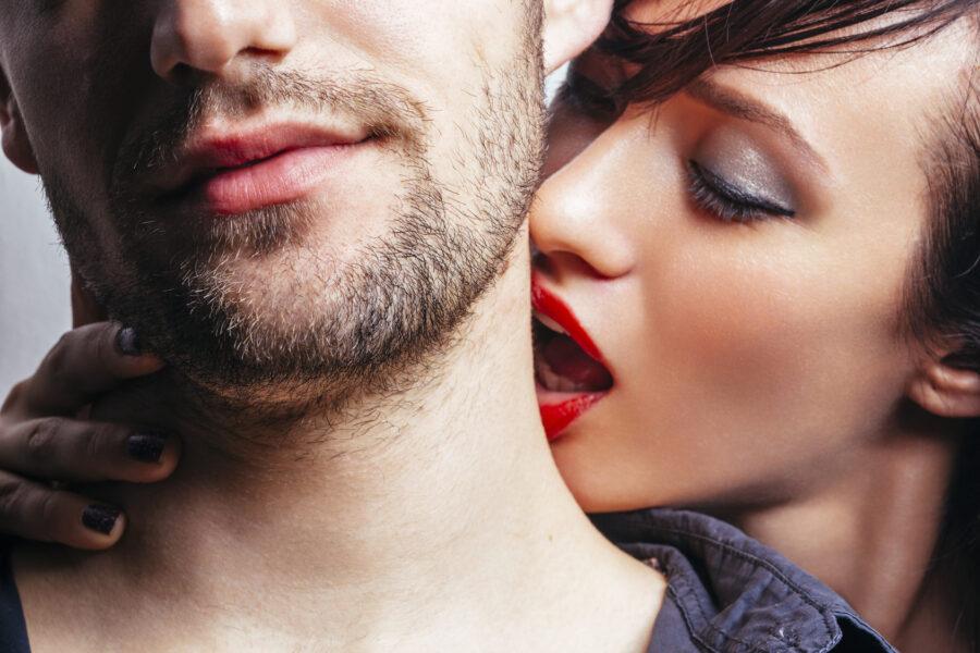 девушка целует парня в шею