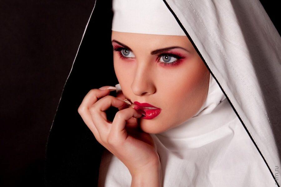 монахиня с макияжем