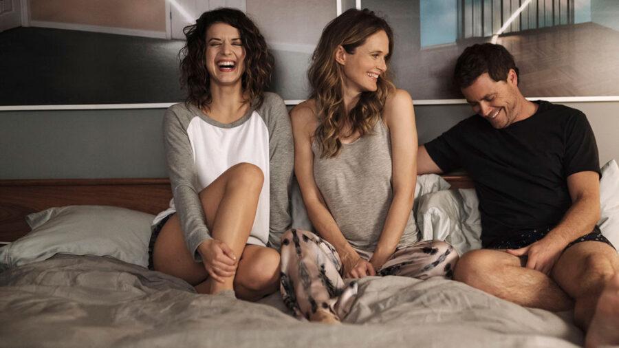 две девушки и парень в постели