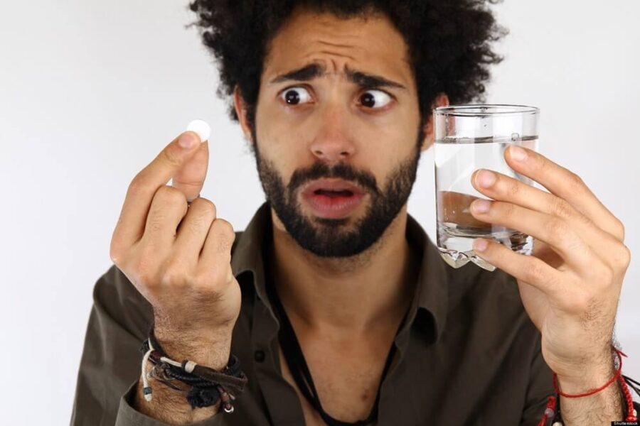 парень с таблеткой и стаканом