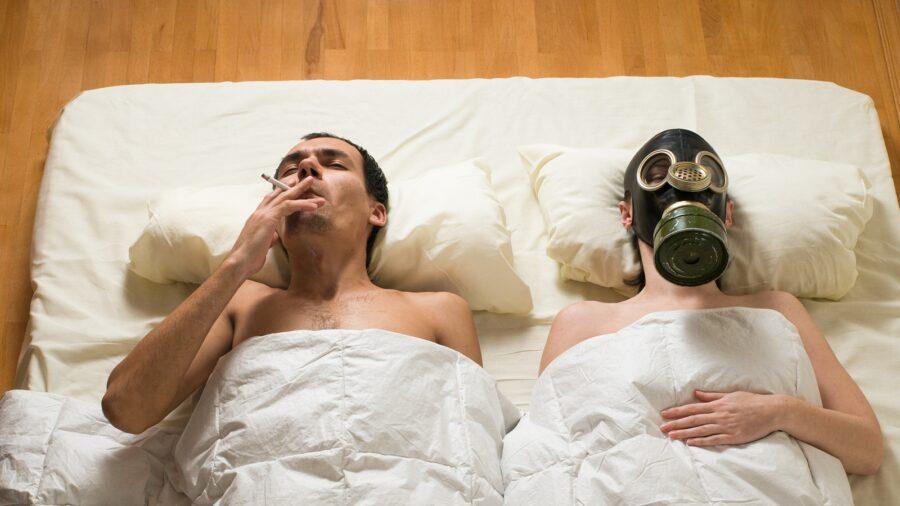 странная пара в постели