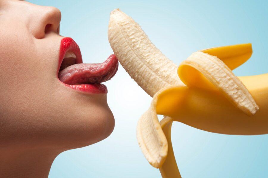 девушка облизывает банан