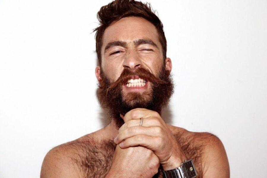 бородатый мужчина молится