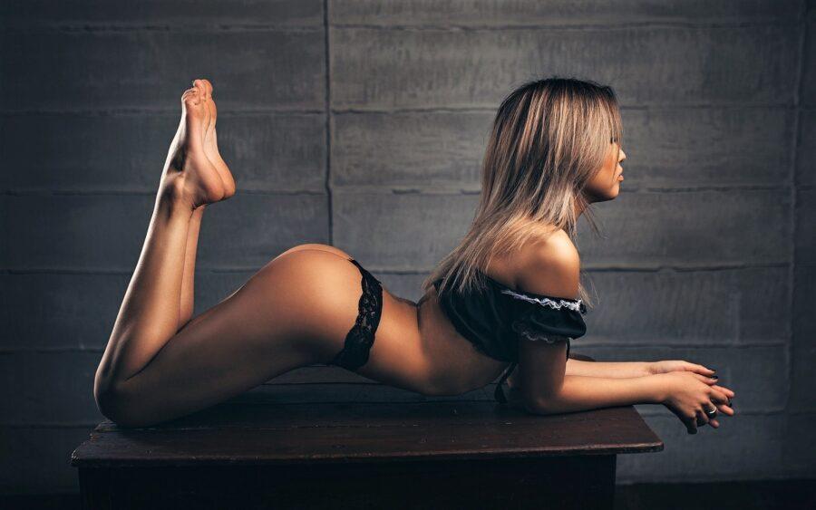 девушка в трусиках на столе