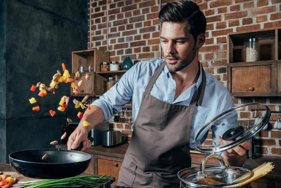 парень готовит еду