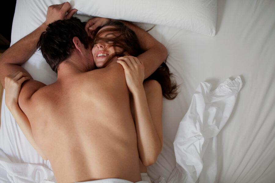 довольная пара в постели