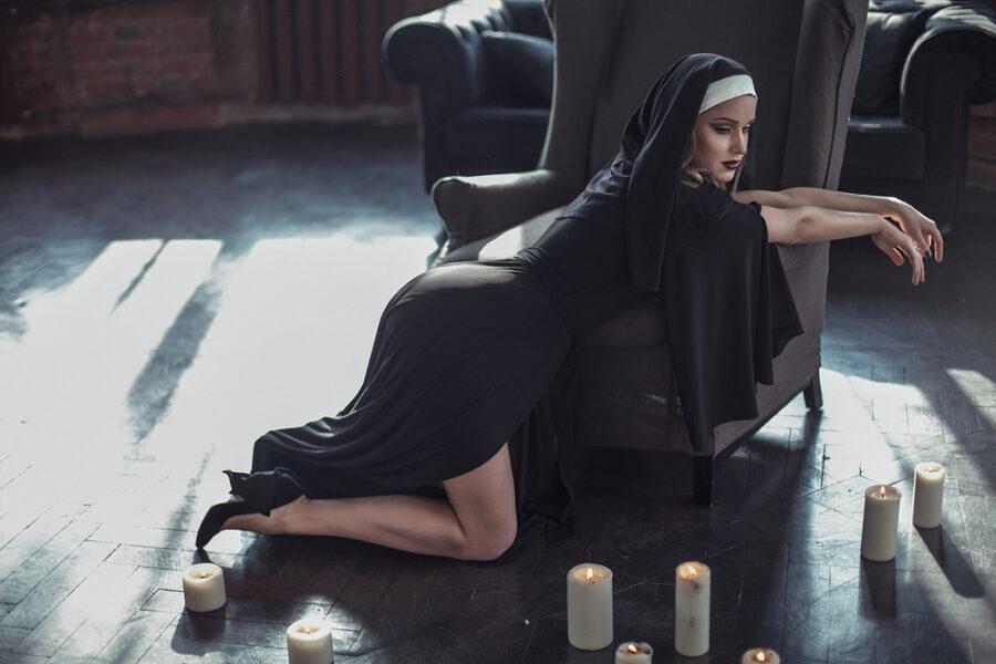 монашка возле свечей