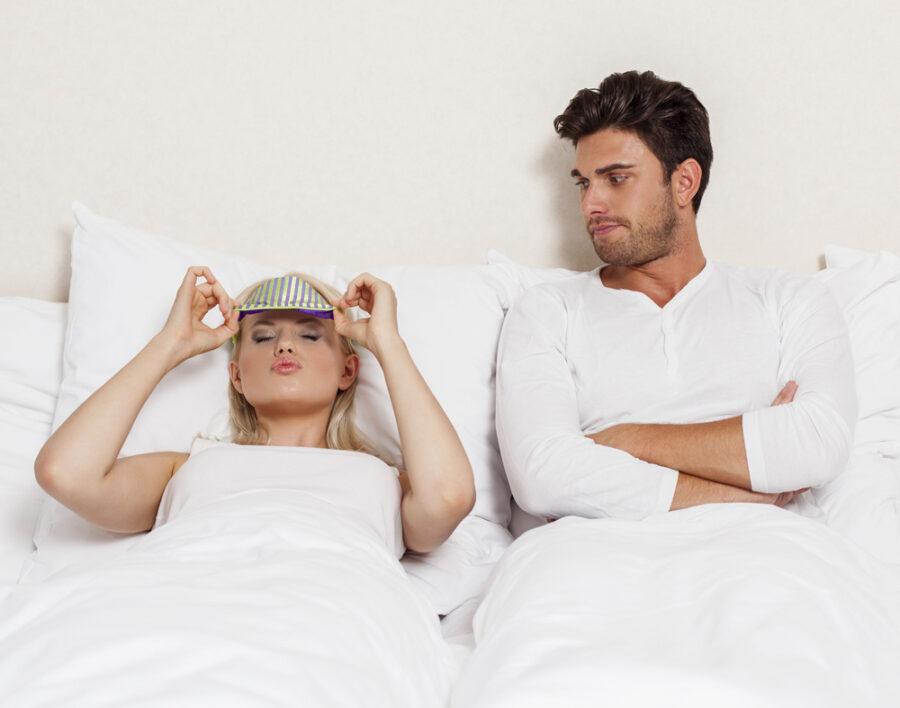 недовольные девушка и парень в постели
