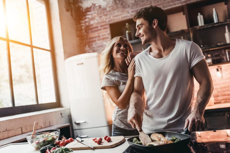 парень и девушка на кухне
