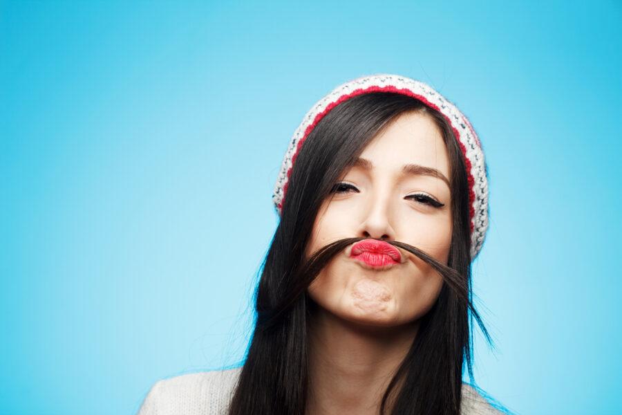 забавная девушка с усиками