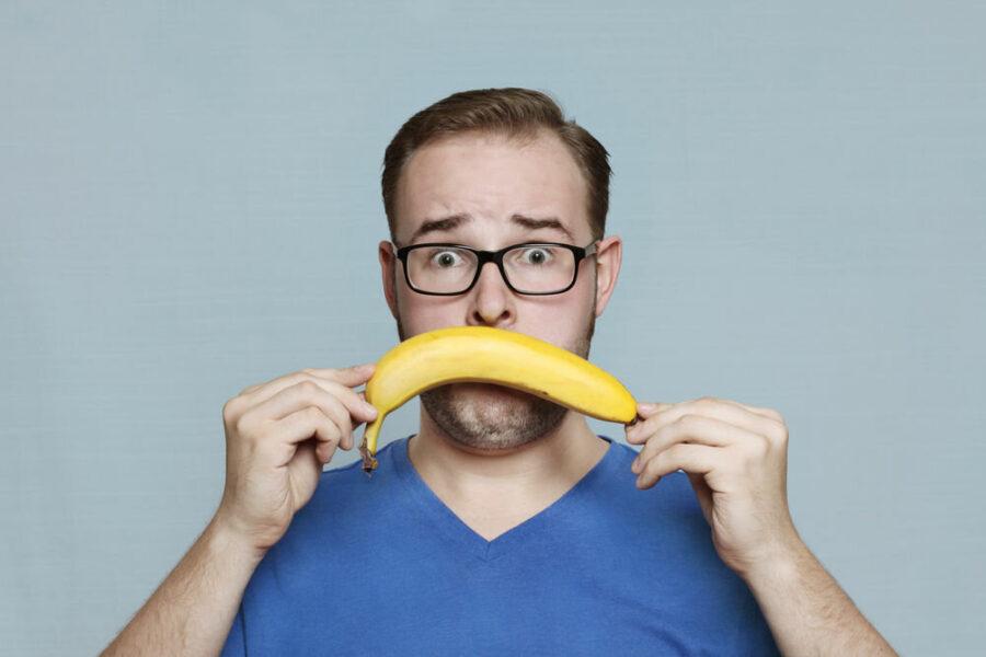 парень с бананом у рта