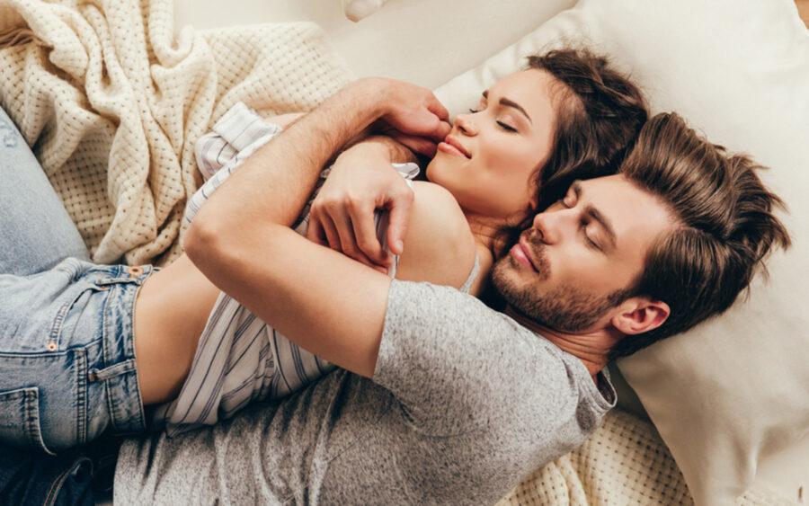 пара дремает в постели