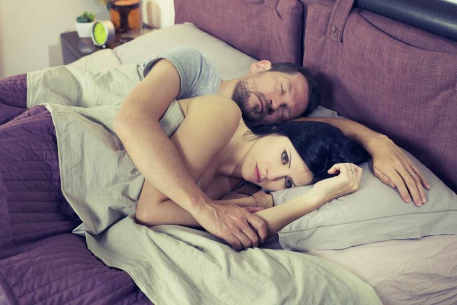 недовольная девушка спит с парнем